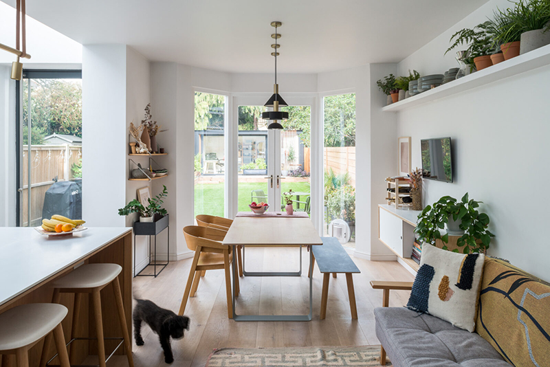 Une maison londonienne à l'intérieur familiale et design // On notera la belle extension sur le jardin avec ses fenêtres de toit qui font puits de lumière