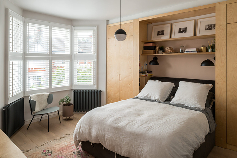 """Une maison londonienne à l'intérieur familiale et design // On notera les deux armoires """"gain de place"""" qui encadrent le lit"""