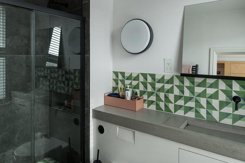 Une maison londonienne à l'intérieur familiale et design // On notera la crédence en carreaux de ciment aux motifs géométriques verts