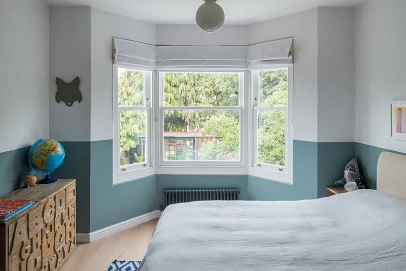 Une maison londonienne à l'intérieur familiale et design // On notera l'idée simple de créer un soubassement en peinture dans cet chambre d'enfant