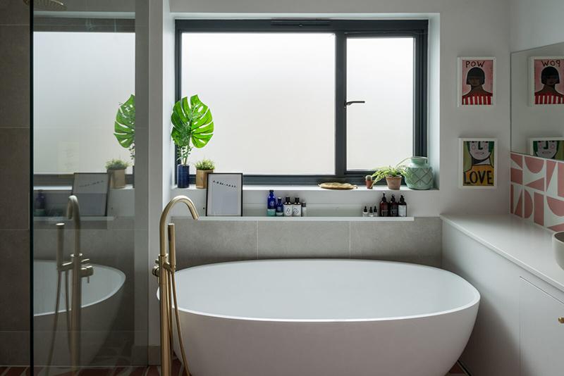 Une maison londonienne à l'intérieur familiale et design // On notera le choix d'une baignoire îlot, malgré l'étroitesse de cette salle de bain