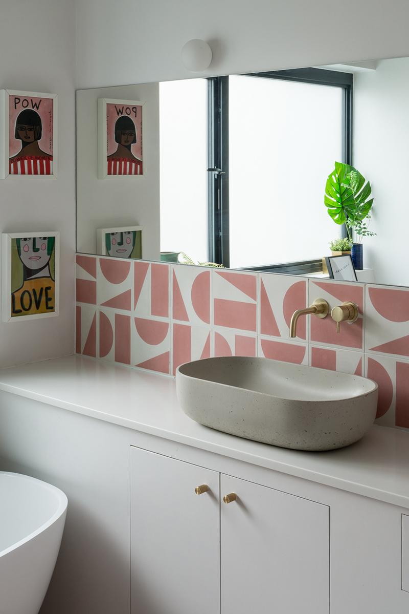 Une maison londonienne à l'intérieur familiale et design // On notera le choix d'une crédence en carreaux de ciment aux motifs géométriques roses