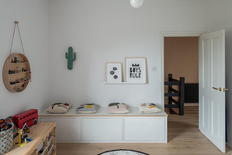 Une maison londonienne à l'intérieur familiale et design // On notera les rangements Ikea et les objets design de la marque Ferm Living