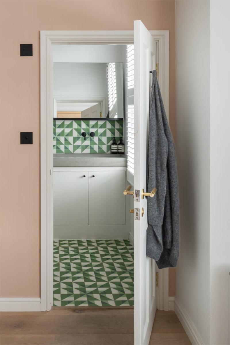 Une maison londonienne à l'intérieur familiale et design // On notera la crédence et le sol en carreaux de ciment aux motifs géométriques verts