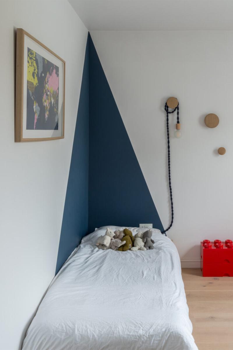 Une maison londonienne à l'intérieur familiale et design // On notera l'idée simple de créer un motif géométrique en peinture pour souligner le lit d'enfant