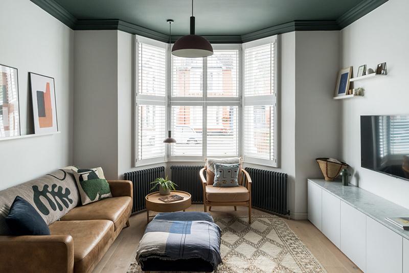 Une maison londonienne à l'intérieur familiale et design // On notera le plafond peint en noir