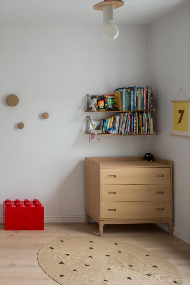 Une maison londonienne à l'intérieur familiale et design // On notera le choix d'un mobilier et accessoire en chêne pour répondre au parquet