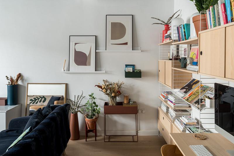 Une maison londonienne à l'intérieur familiale et design // On notera la combinaison de caissons et étagères String