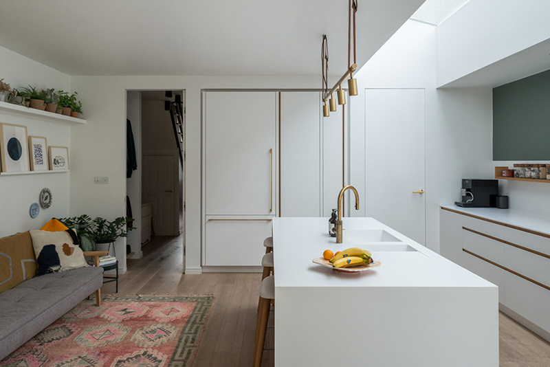 Une maison londonienne à l'intérieur familiale et design // On notera le puit de lumière qui éclaire naturellement la cuisine minimaliste