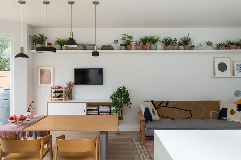 Une maison londonienne à l'intérieur familiale et design // On notera l'étagère filaire tout le long du murs pour poser des plantes