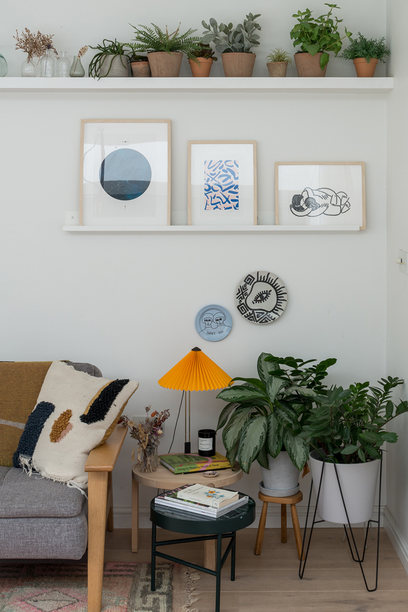 Une maison londonienne à l'intérieur familiale et design // On notera les étagères filaires pour poser des cadres et des plantes