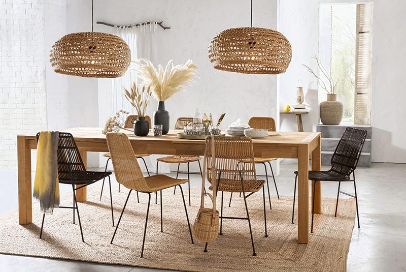 Chaise en kubu, Malu - 290 € et table à manger en chêne massif, 6/12 couverts, Adelita - 1199 €