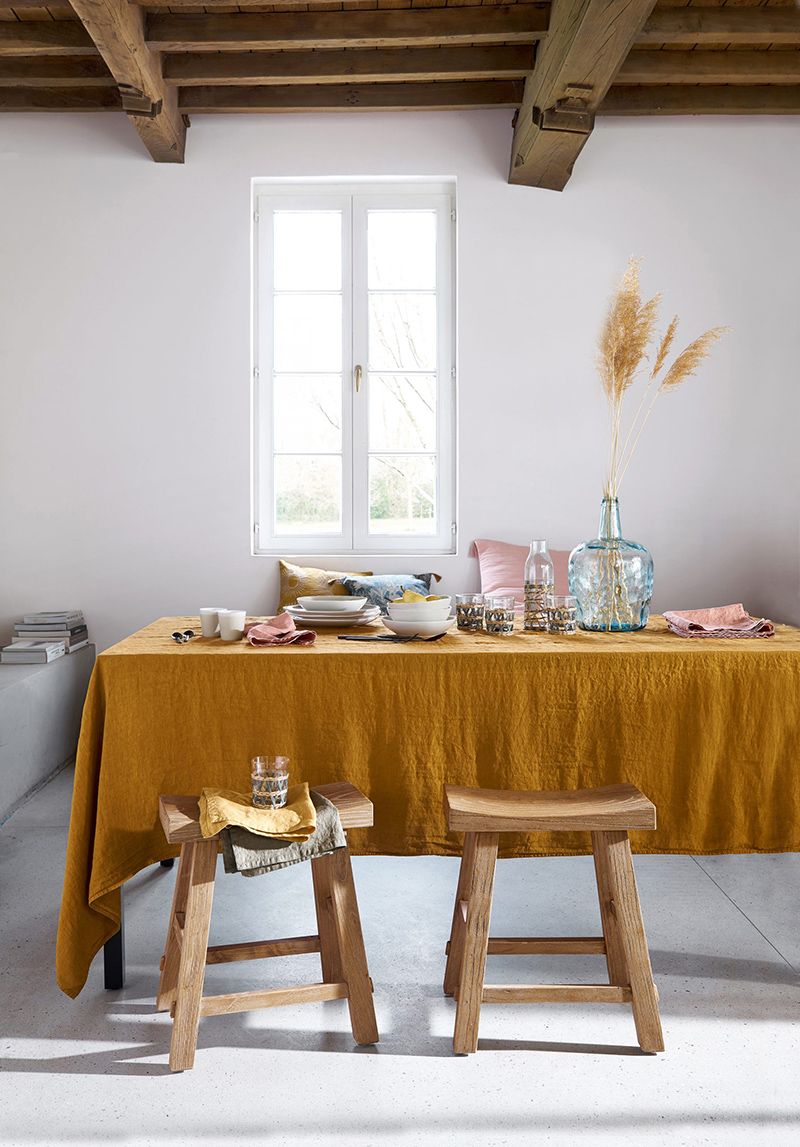 Tabouret en orme massif blanchi, Assayo - 99 € et nappe en lin lavé, Victorine - à partir de 54,99 €