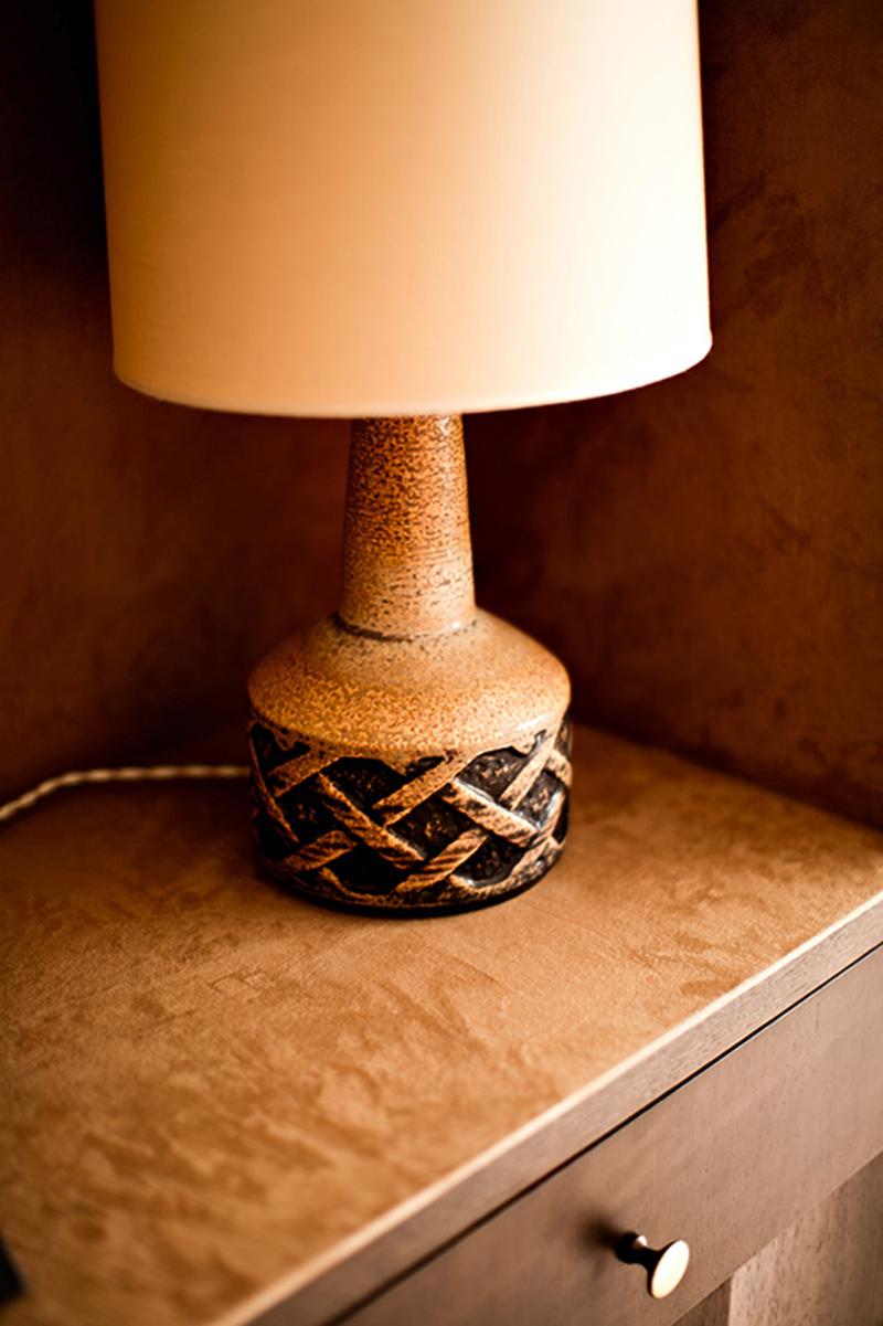 Lampe céramique seventies // Restaurant La Terrasse dans le sud de la France par Festen Architecte