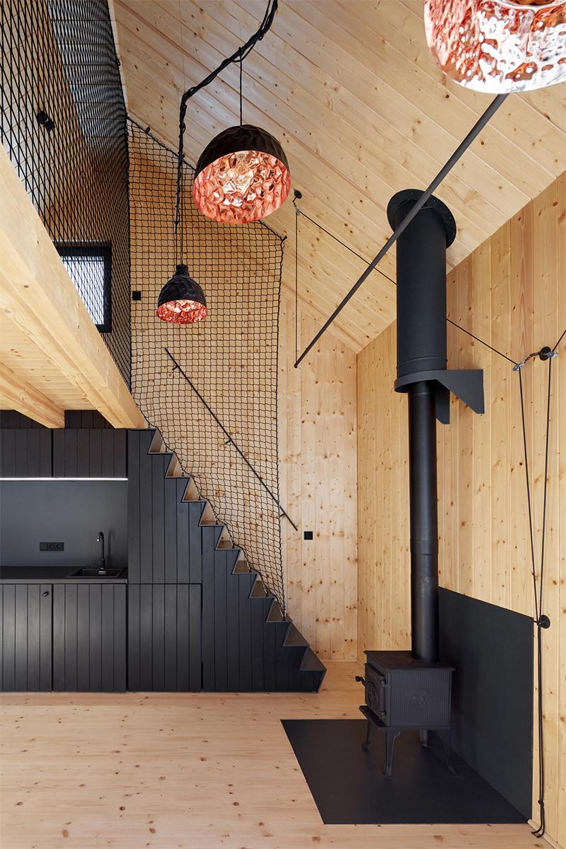 Design intérieur : ADR - Projet : Černá Voda Mountain Lodge // Filet d'habitation noir dans ce chalet