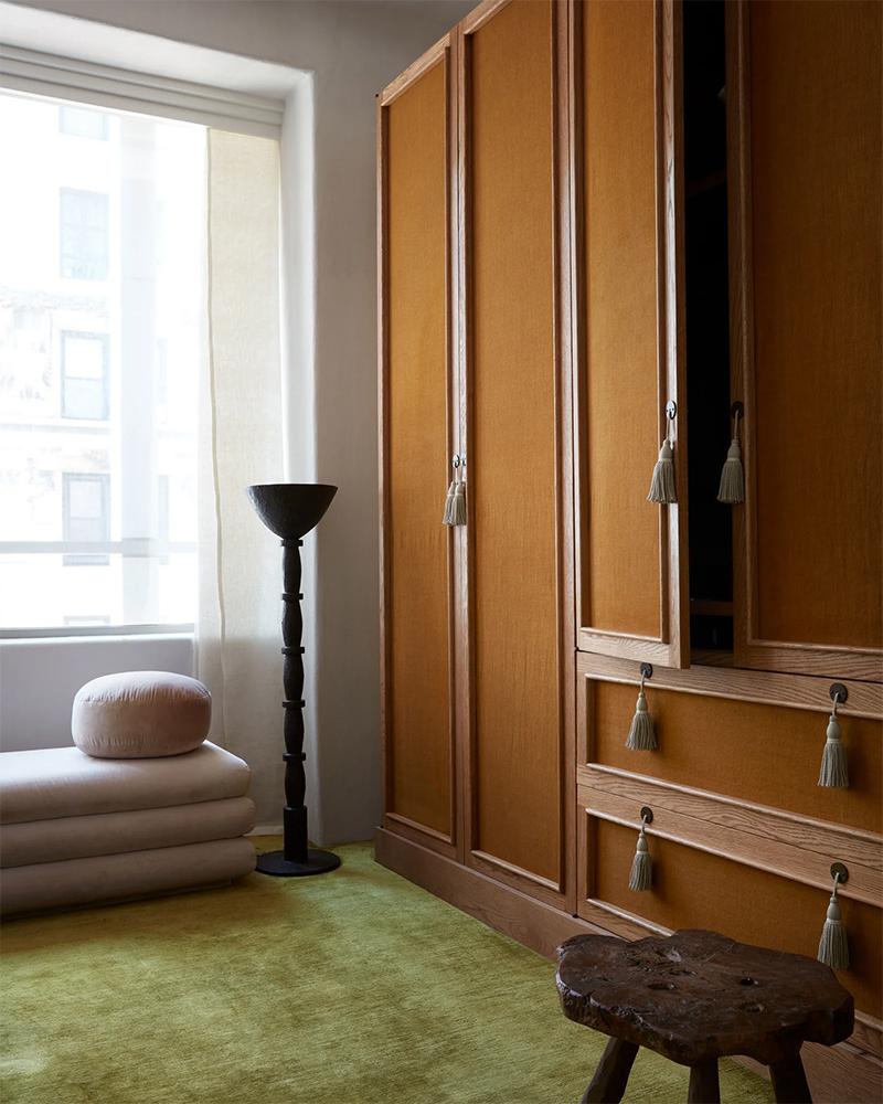 Placards aux tonalités rouille et moquette vert olive // Design intérieur : Studio Giancarlo Valle - Projet : Noho apartment