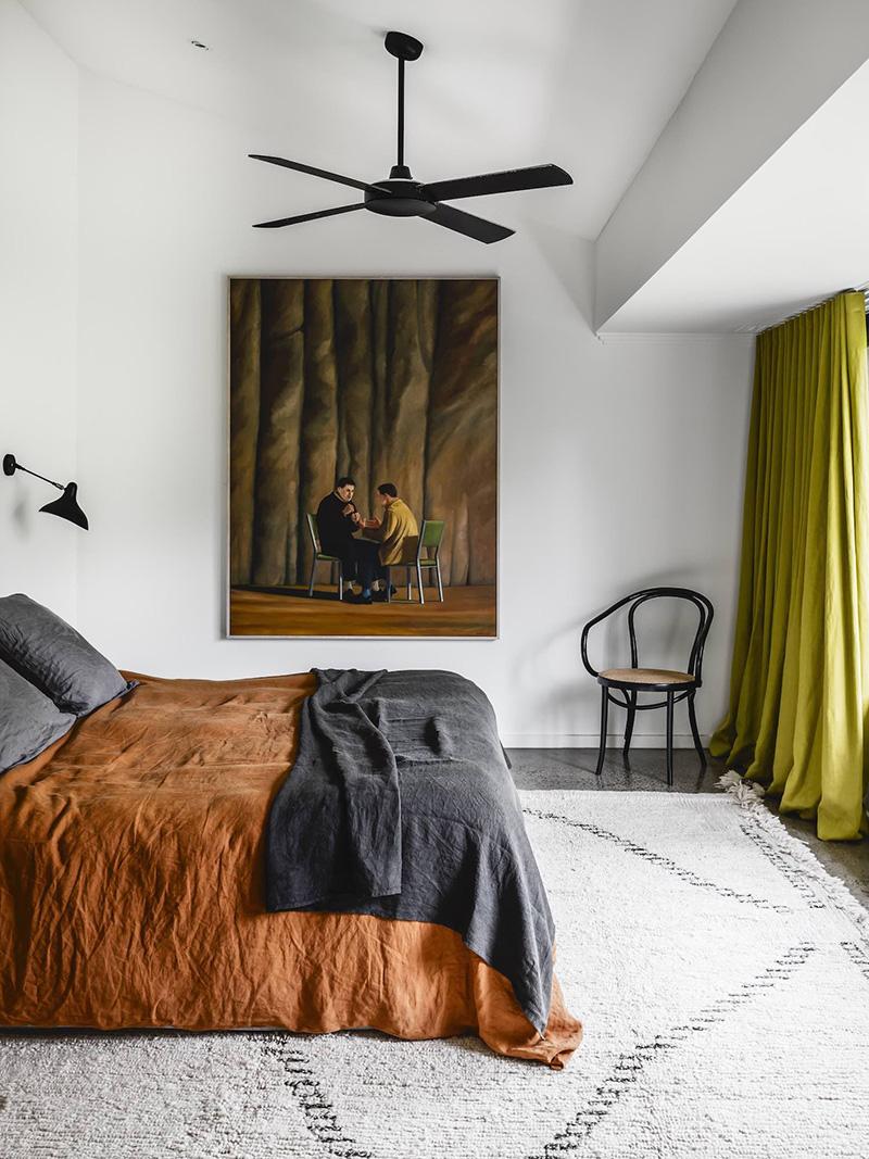 Chambre où le rouille et le vert olive se répondent // Studio Wonder - Projet : Malvern house