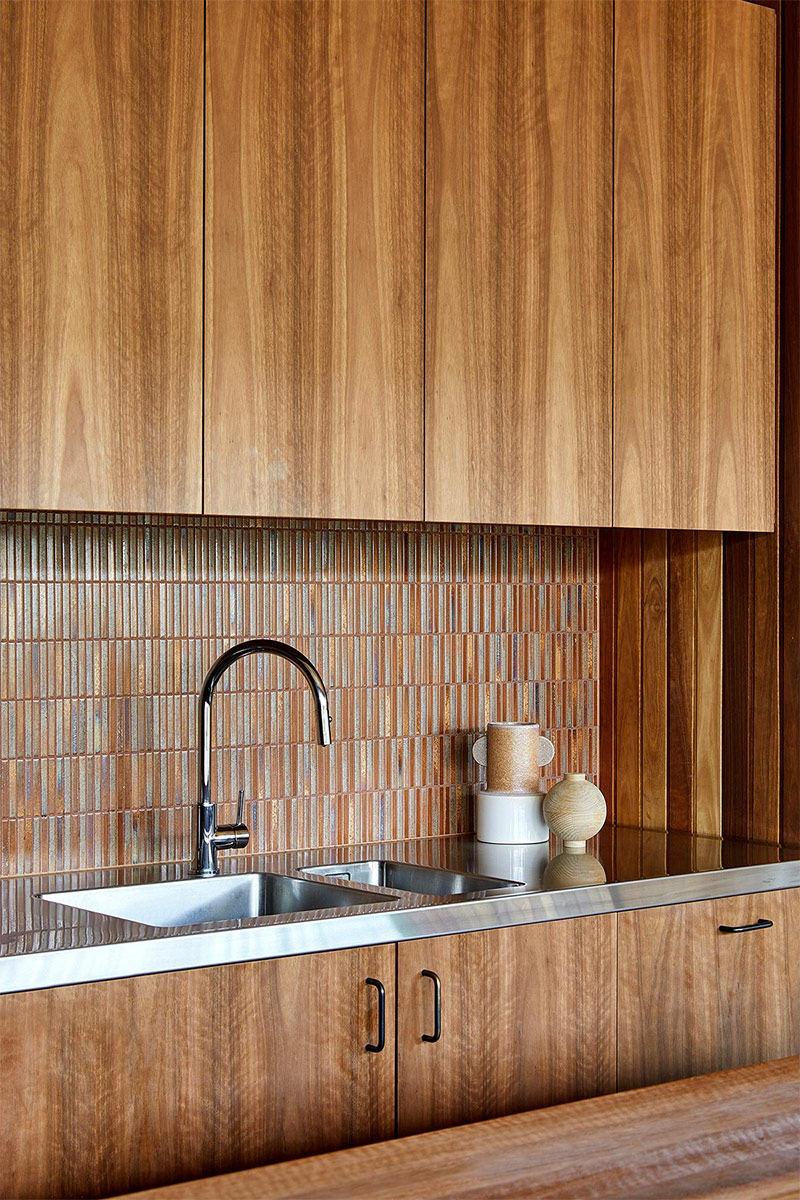 Une cuisine vintage à l'esprit seventies avec sa crédence mosaïque marron // Architecte : MRTN - Projet : Good life house