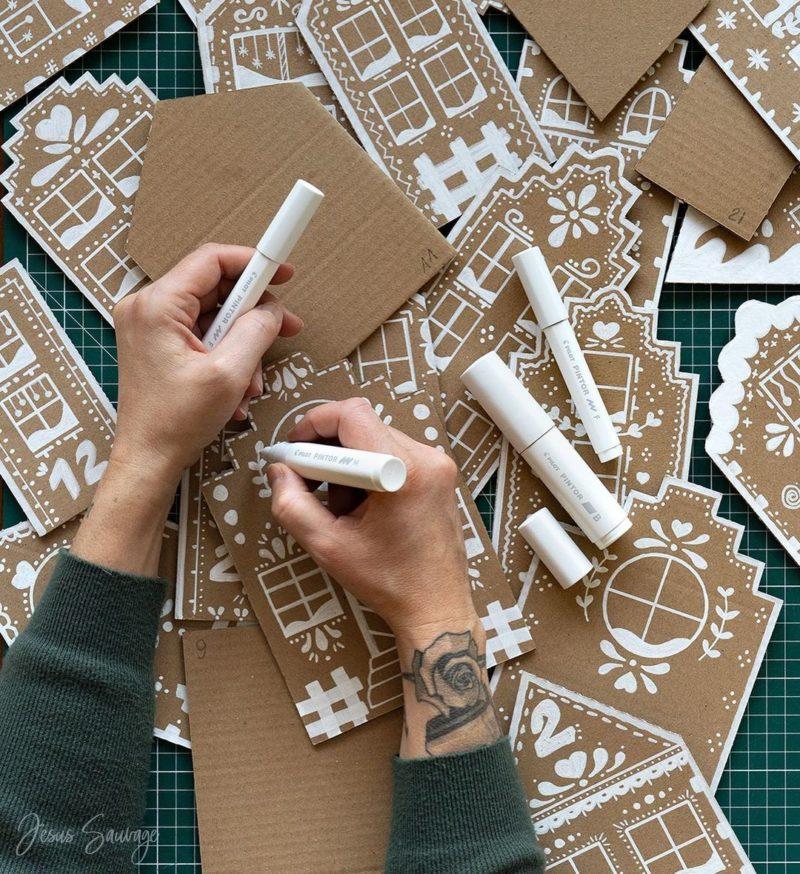 Calendrier de l'avent - Maisons en carton décorées aux feutres blancs DIY par @jesussauvage
