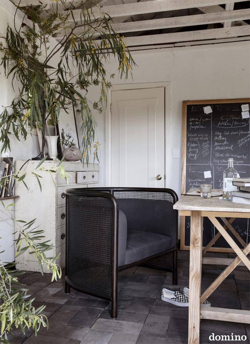 Une maison au style rustique à Rustic Canyon, Los Angeles, stylée par Leanne Ford // Une cuisine moderne rustique
