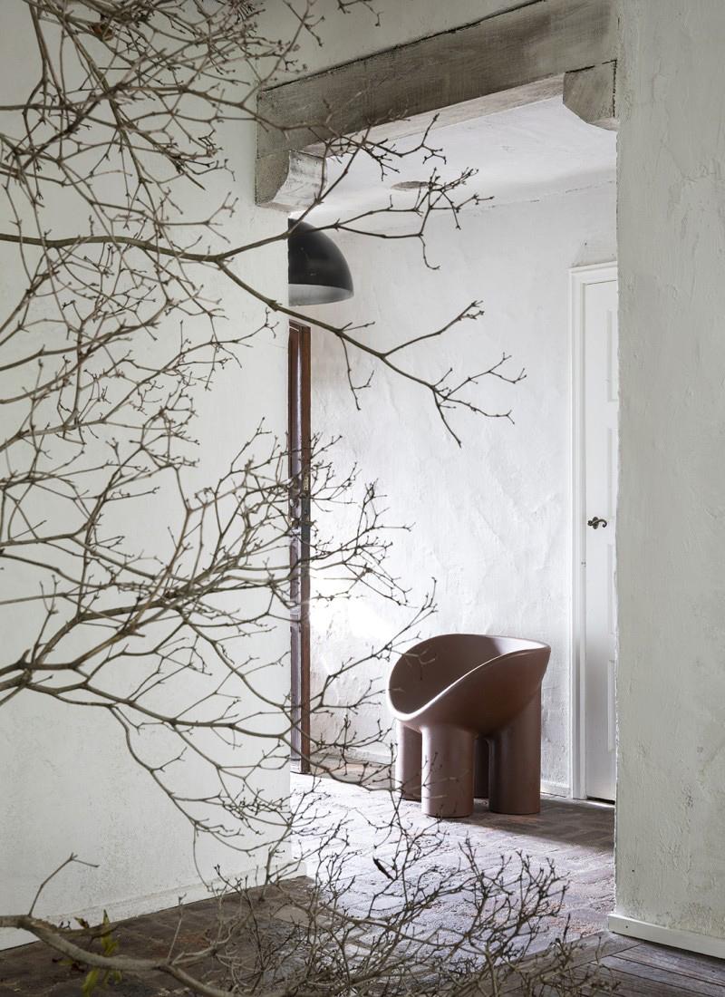 Une maison au style rustique à Rustic Canyon, Los Angeles, stylée par Leanne Ford // Couloir avec le fameux fauteuil de Faye Toogood