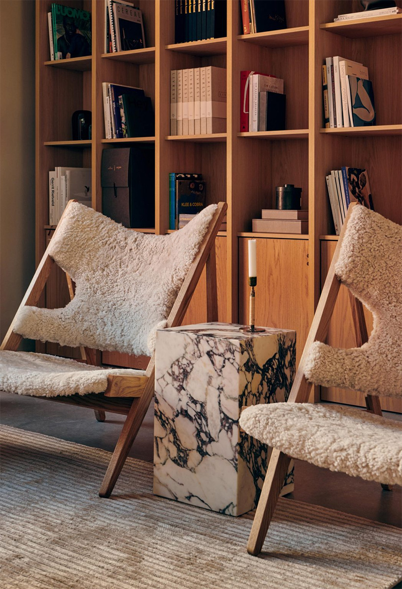 Knitting Lounge Chair, Sheepskin, design : Kofod-Larsen et Plinth Tall, design : Norm Architects