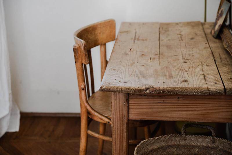 Valdirose en Toscane, une chambre d'hôtes slow // table en bois de brocante