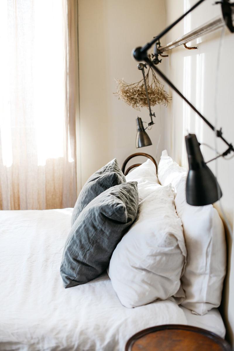 Valdirose en Toscane, une chambre d'hôtes slow // Chambre avec son mobilier de brocante et linge de lit en lin lavé