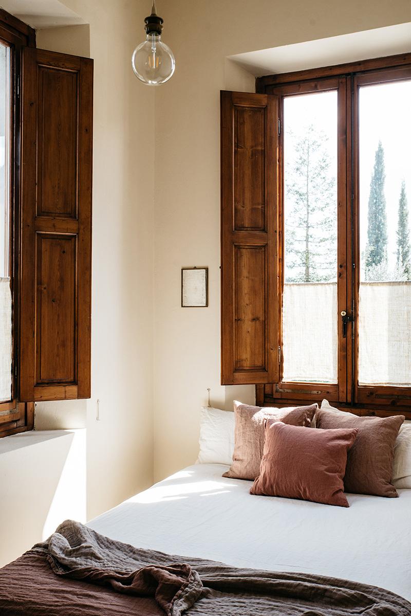 Valdirose en Toscane, une chambre d'hôtes slow // Chambre avec des fenêtre et volets intérieur en bois