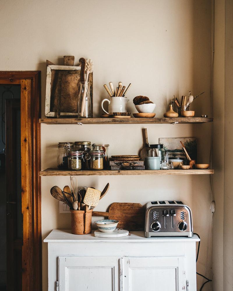 Valdirose en Toscane, une chambre d'hôtes slow // Coin cuisine avec étagères en bois brut et buffet ancien