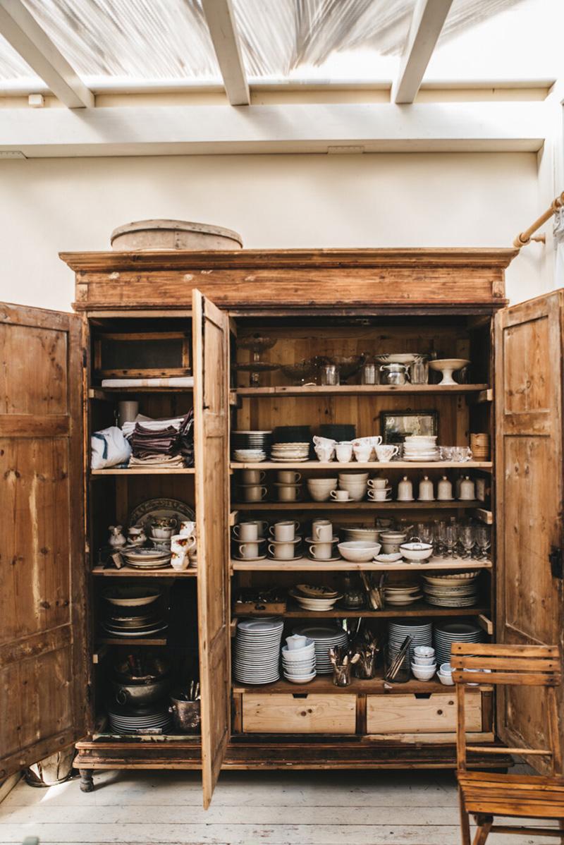 Valdirose en Toscane, une chambre d'hôtes slow // Vaisselier ancien et vaisselles anciennes ou artisanales