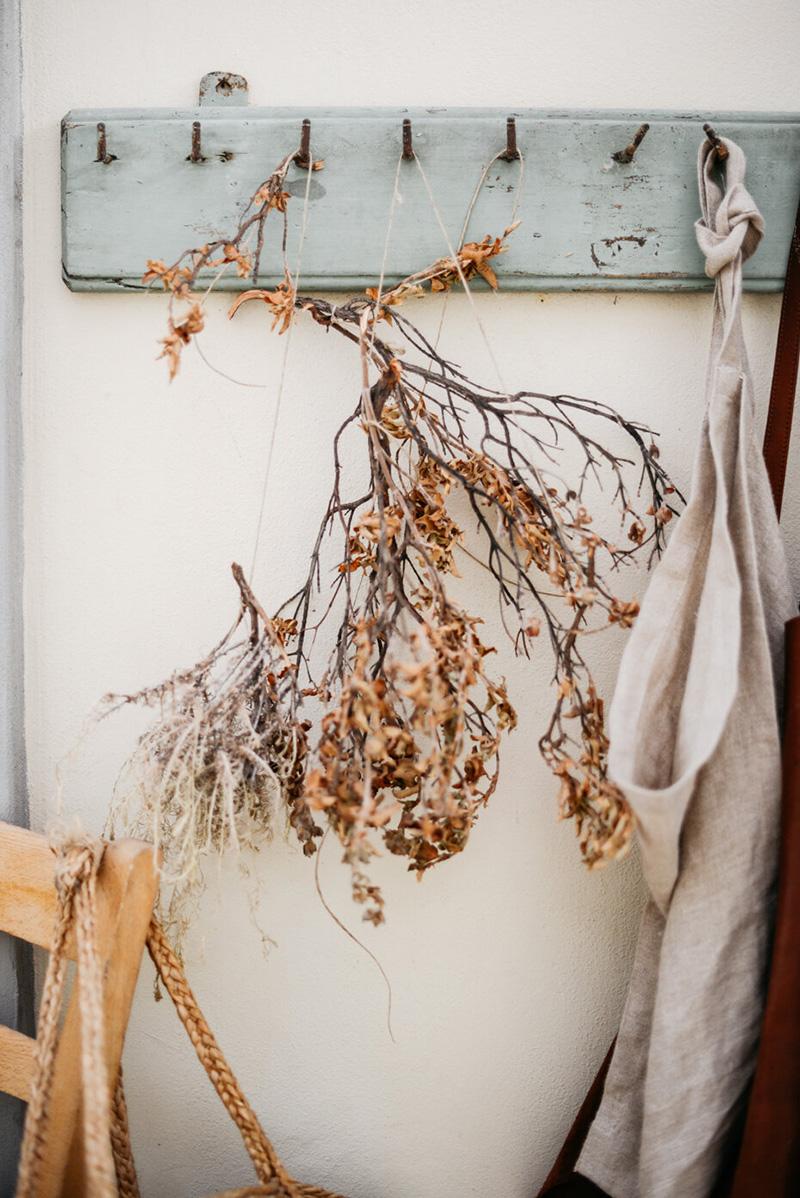 Valdirose en Toscane, une chambre d'hôtes slow // Esprit nature avec ce décor avec une branche de feuilles séchées