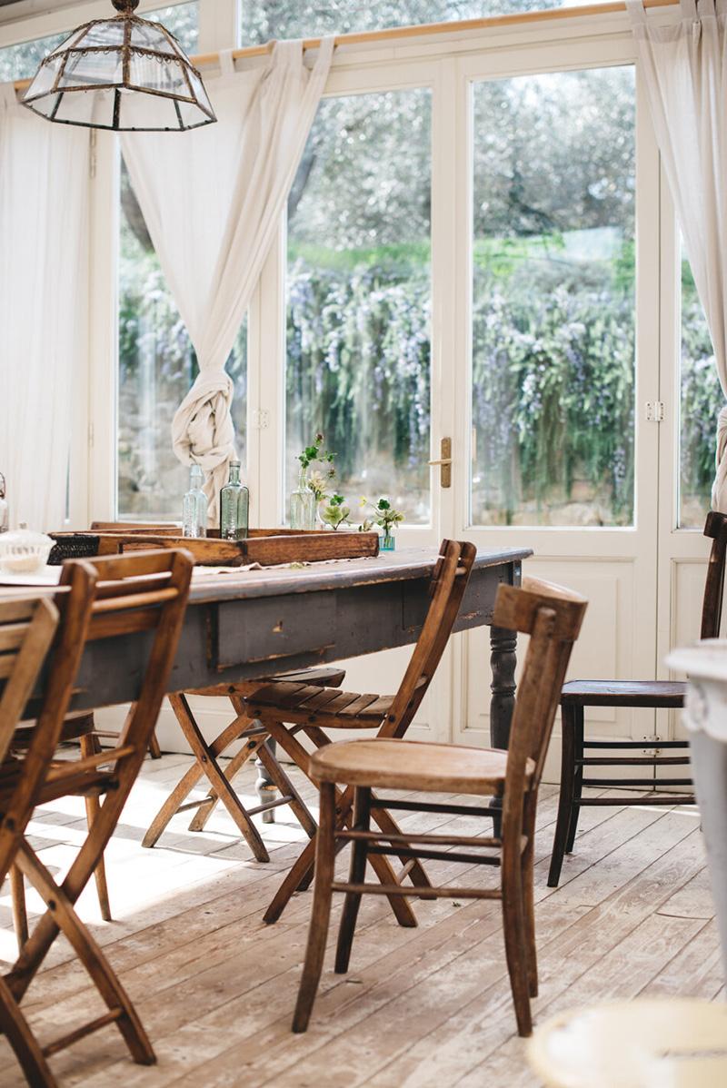 Valdirose en Toscane, une chambre d'hôtes slow // Véranda avec plancher bois et mobilier de brocante