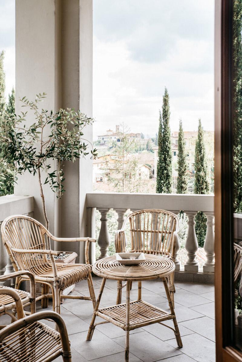 Valdirose en Toscane, une chambre d'hôtes slow // Terrasse donnant sur la campagne environnante et son mobilier en rotin