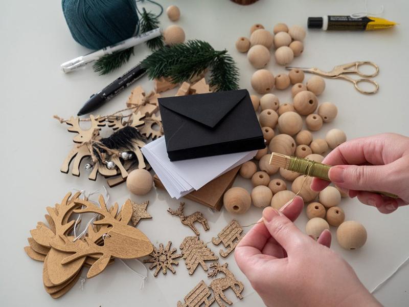 Un calendrier de l'avent maison - Guirlande improvisée avec des perles de bois et des enveloppes à retrouver sur le site staceystachetti.com
