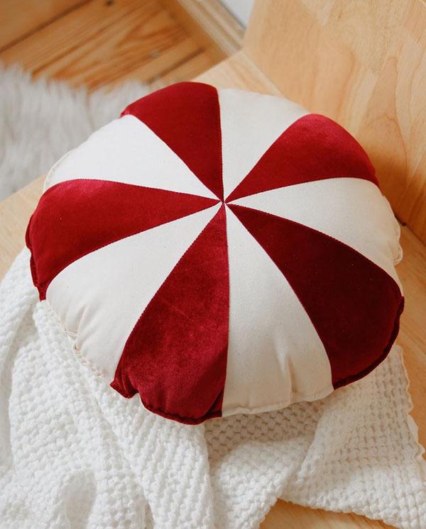Coussin patchwork « bonbons de Noël » - Boutique Etsy Moi Mili 29,75 €