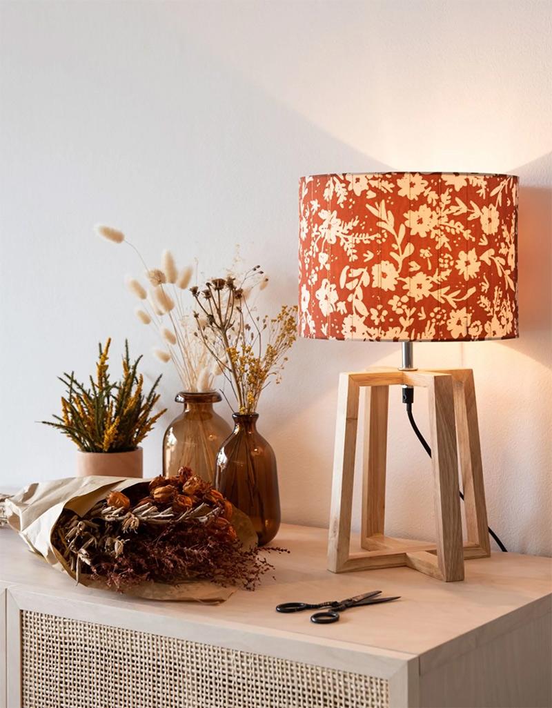 Lampe en hévéa et abat-jour floral -29,90 € sur Maisons du Monde