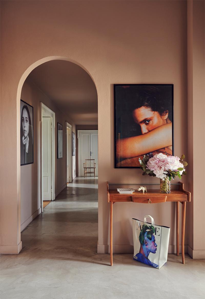 Palette de couleurs terracotta, rose, beige et brun // Un couloir dans les tonalité de beige rosé