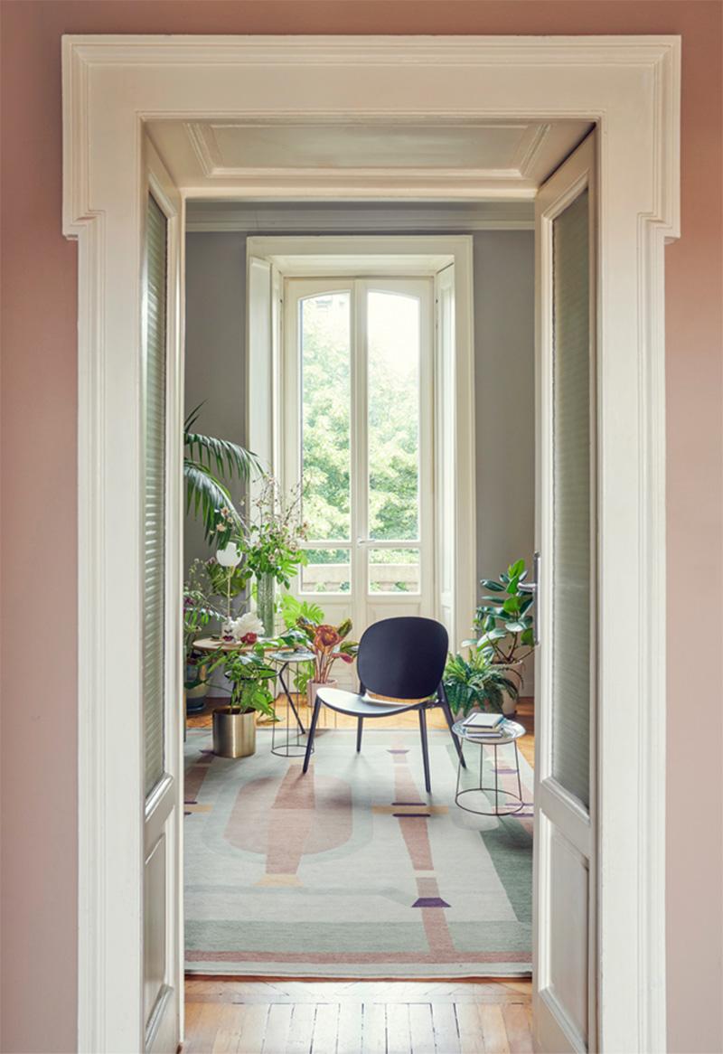 Palette de couleurs terracotta, rose, beige et brun // Un couloir dans les tonalité de beige rosé associé avec un vert doux