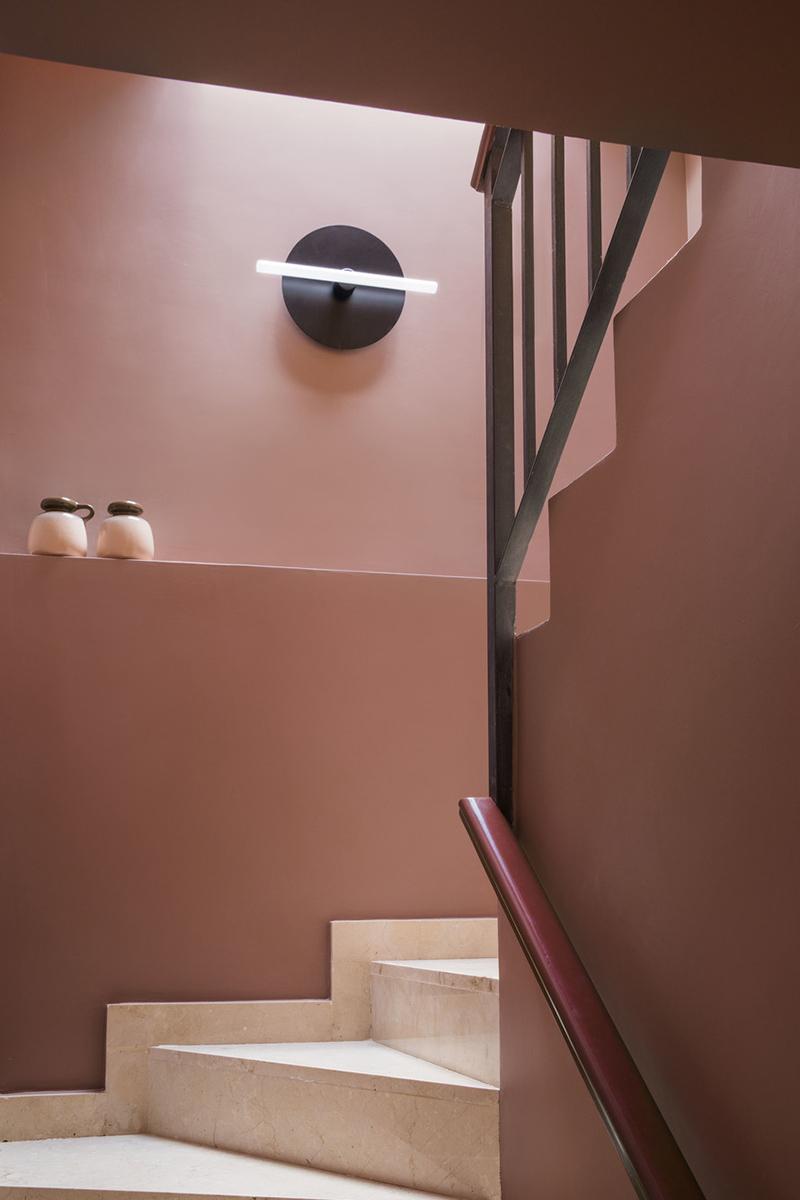 Palette de couleurs terracotta, rose, beige et brun // Un escalier en mode brun rosé, soutenu