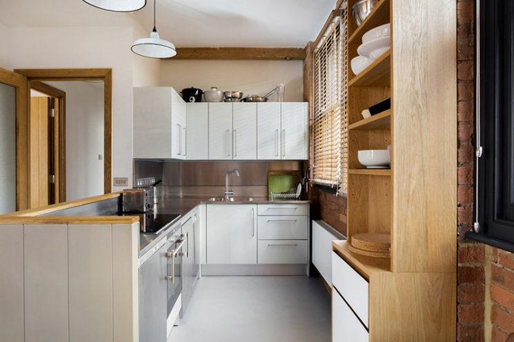 Projet Charlotte Road - Rénovation d'un ancien entrepôt victorien - Agence Emil Eve // Une cuisine blanche, aux lignes basiques