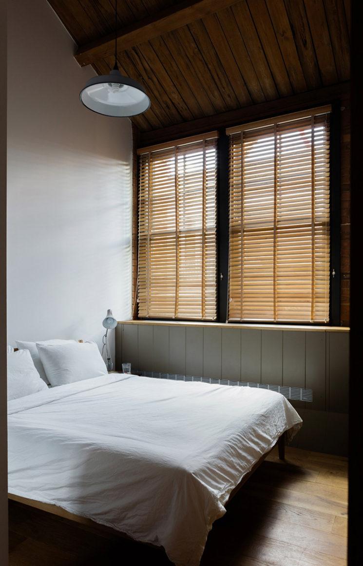 Projet Charlotte Road - Rénovation d'anciens entrepôts victoriens - Agence Emil Eve // Une chambre avec des stores vénitiens