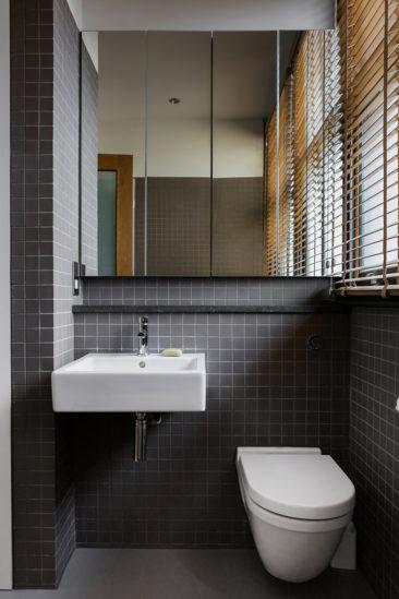 Projet Charlotte Road - Rénovation d'anciens entrepôts victoriens - Agence Emil Eve // Salle de bain avec du carrelage gris, petits carreaux