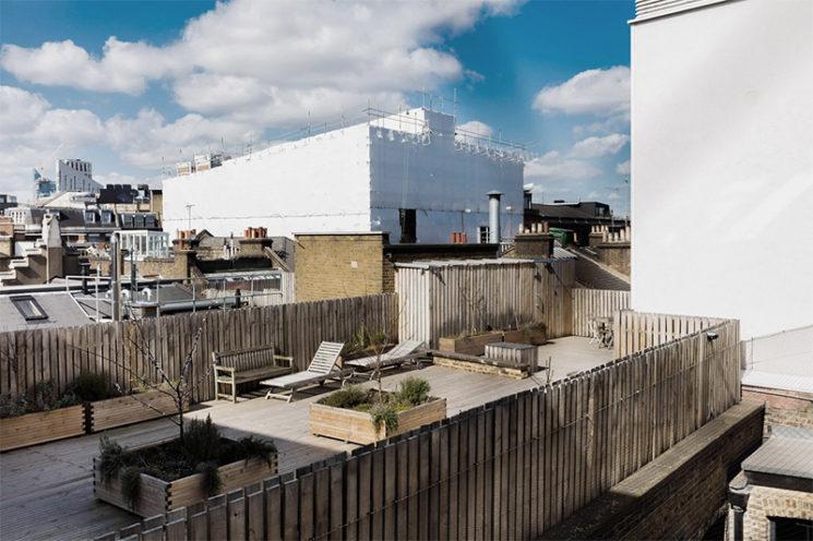 Projet Charlotte Road - Rénovation d'anciens entrepôts victoriens à Londres // Toit terrasse avec des aménagements en bois
