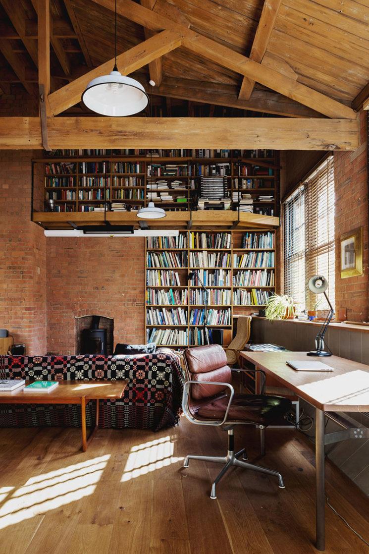 Projet Charlotte Road - Rénovation d'anciens entrepôts victoriens - Agence Emil Eve // Bibliothèque toute hauteur avec mezzanine