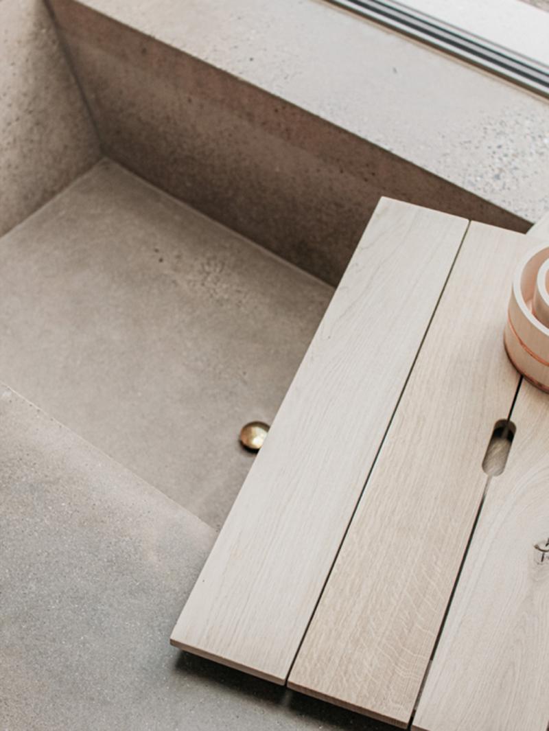 The Dune house par The Loft comme une grange contemporaine // Baignoire baquet en béton ciré