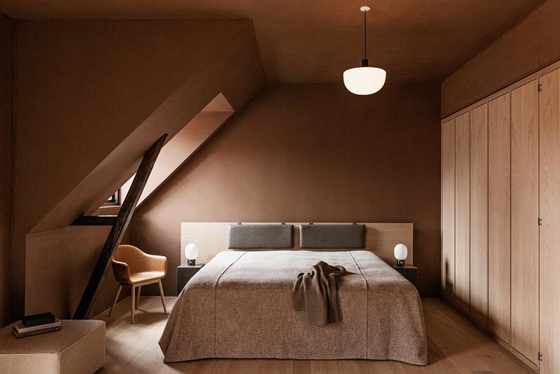 Palette de couleurs terracotta, rose, beige et brun // Chambre sous les comble de l'hôtel The Audo en brun rosé