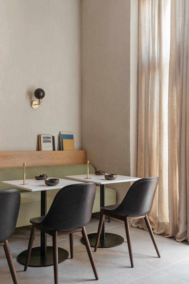 Palette de couleurs terracotta, rose, beige et brun // Hôtel The Audo // Murs en beige sable avec du vert, du noir