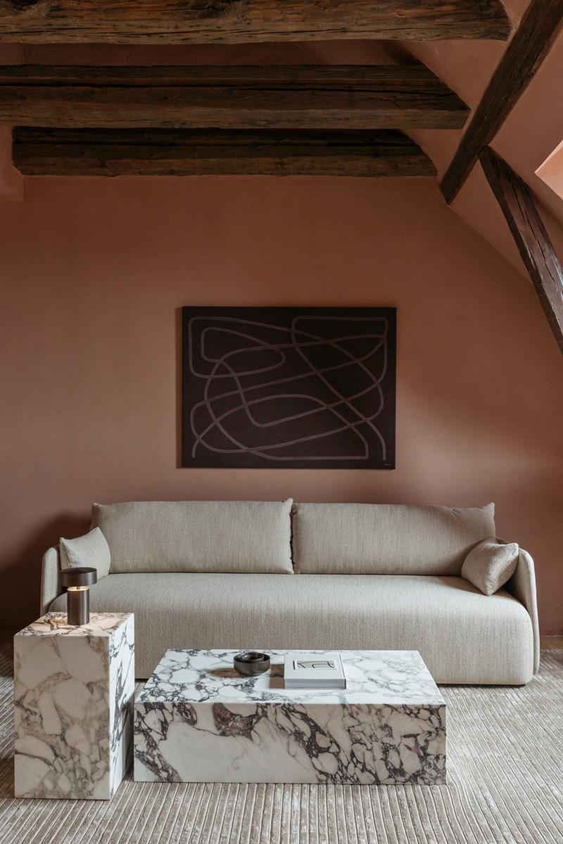 Palette de couleurs terracotta, rose, beige et brun // Hôtel The Audo // Murs en brun rosé, mixé avec un canapé et tapis beige
