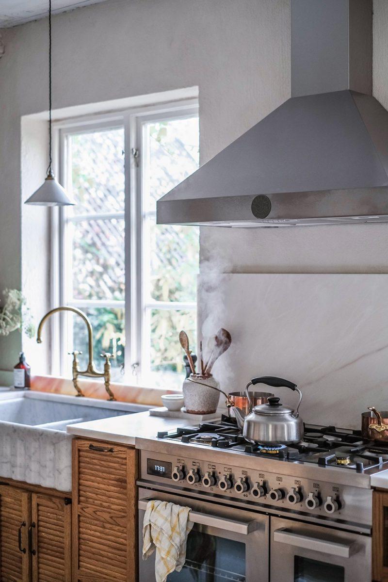 La nouvelle cuisine DeVOL du duo d'Our food stories dans leur maison en Suède avec sa cuisinière et hotte en inox